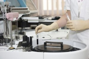 Badanie laboratoryjne próbki krwi (pixabay.com)